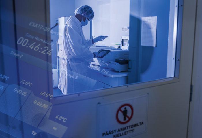 Rikoskemisti Markus Pirttimaa PCR-koneen ääressä. Lyhenne tulee sanoista Polymerase Chain Reaction. Nimi viittaa solun perimäaineksen eli dna:n monistusmenetelmään.
