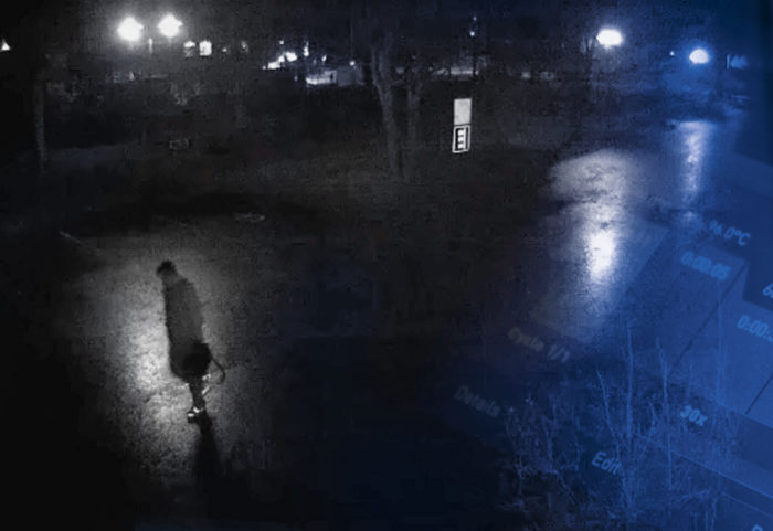 Taktiset tutkijat huomasivat valvontakamerat rikospaikan läheltä, terveysaseman seinältä. Videolta löytyi kuvamateriaalia hahmosta, joka käveli ensin kameran ohi ja tuli myöhemmin takaisin laukku kädessään.