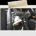 Sulakerasian takaa löytyi amfetamiinia ja hansikaslokeron takaa muoviin käärittynä lisää samaa tavaraa.  Aine analysoitiin KRP:n rikosteknisessä laboratoriossa.